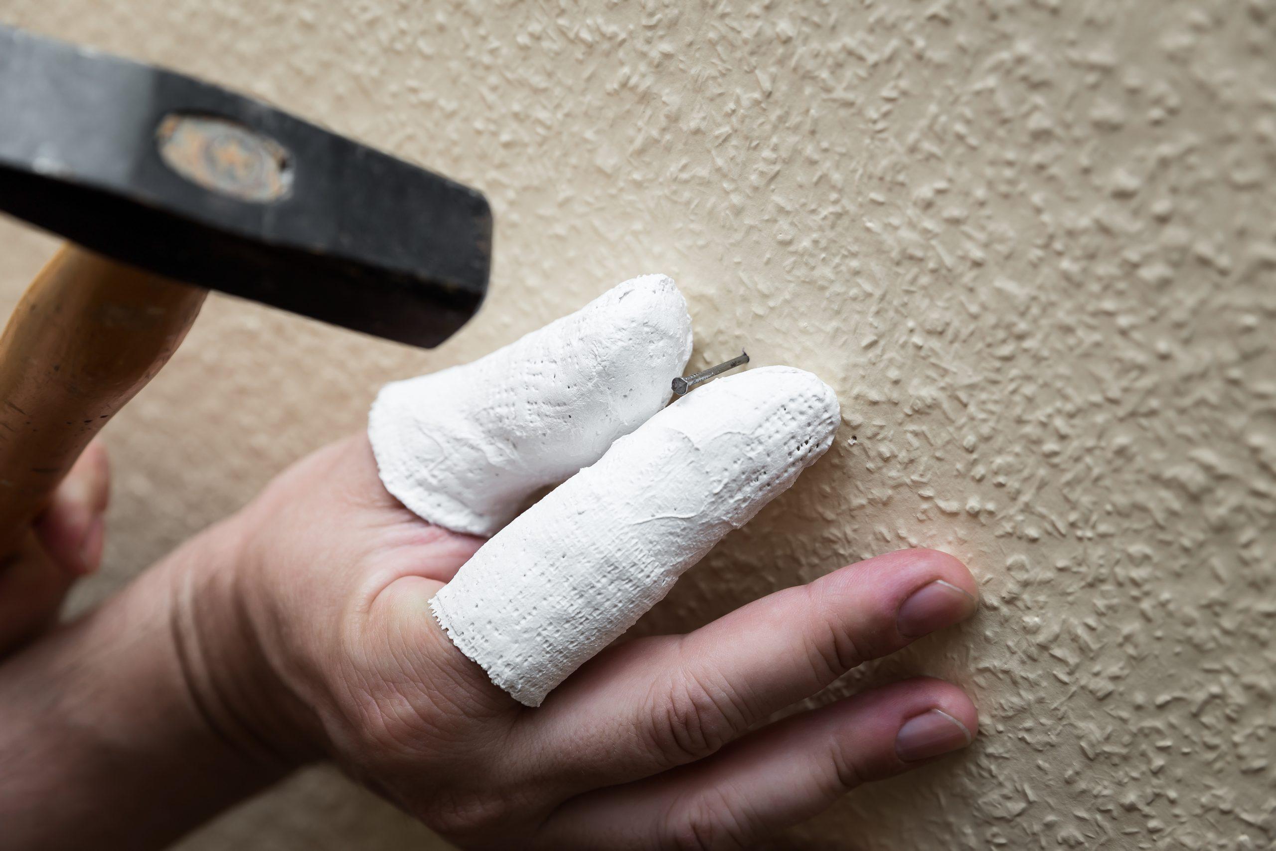 Prøver du også at slå søm i med brækkede fingre?